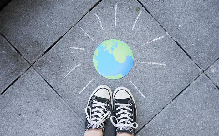 Column | Hop, de wijde wereld in